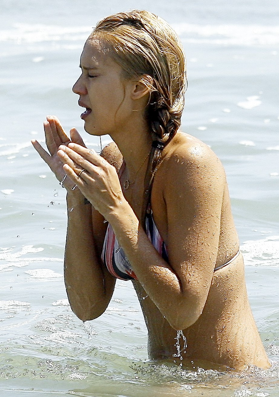 jessica alba bikini 1 18 Celebrity Wallpapers   Jessica Alba posing in bikini wallpaper